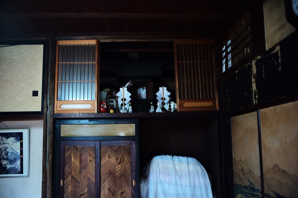 """Kamidana"" home shrine Farm Stay at ""Nishi-no-ie"" means Thatched roof Komina"
