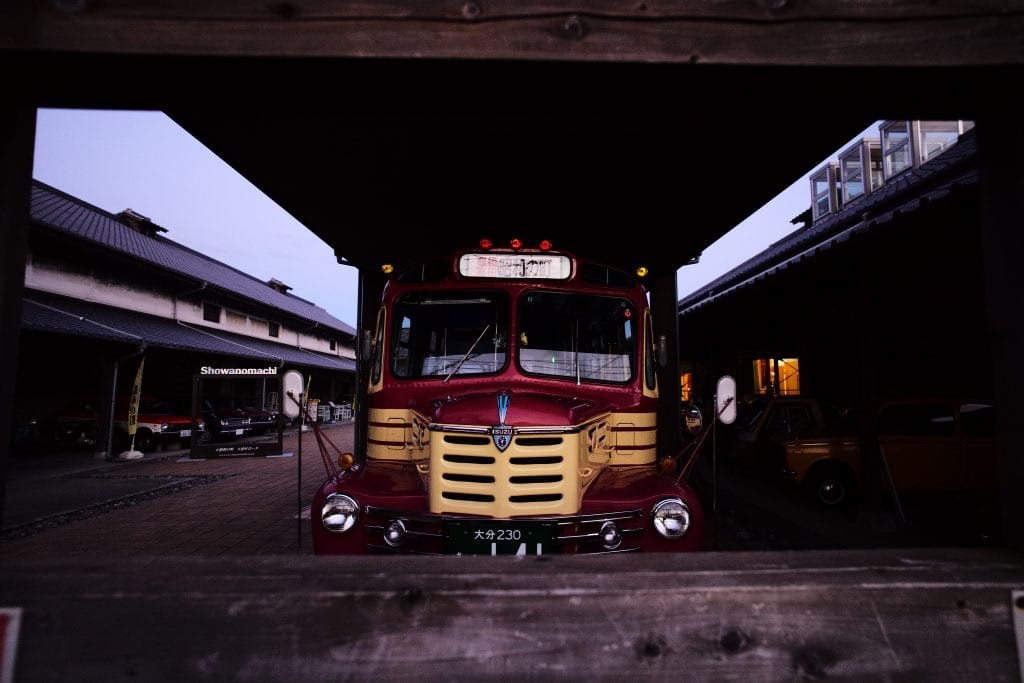 Hanatsuki-bus ( front-engine),Memory of Good old days in Shouwa-period with the approach of dusk, at Bungo-Takada