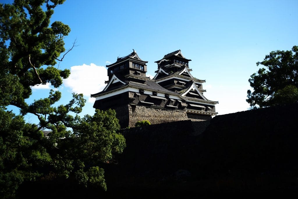 This shrine is famous for its best view point to Kumamoto Castle donjon.